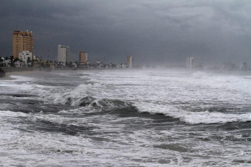 Wiele urzędów, szkół i portów morskich zostało zamkniętych /PAP/EPA