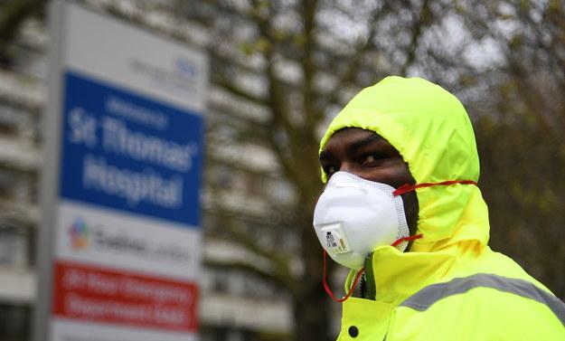 Wielka Brytania stała się piątym krajem, w którym liczba zgonów przekroczyła 6000 /ANDY RAIN /PAP/EPA