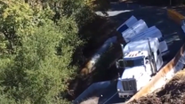 Wielka ciężarówka spadła ze skarpy