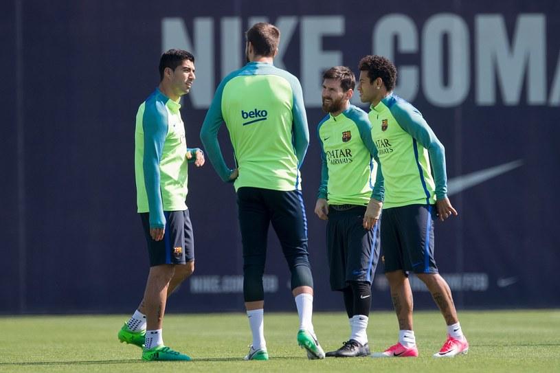 Wielka narada przed rewanżem z Juve. Od lewej: Luis Suarez, Gerard Pique, Leo Messi i Neymar. /AFP