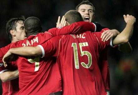 Wielka radość piłkarzy ManU po wyrównującym golu Vidicia /AFP