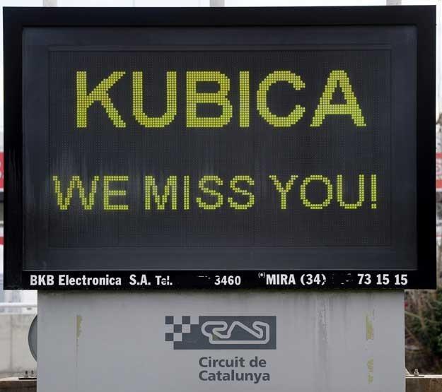 Wielka tablica ustawiona na rondzie przy wjeździe na tor Catalunya w Montmelo pod Barceloną /AFP