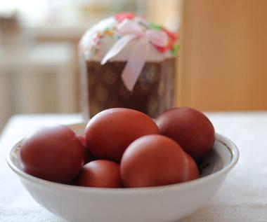 Wielkanoc 2021: Jak zrobić pisanki farbowane w cebuli?