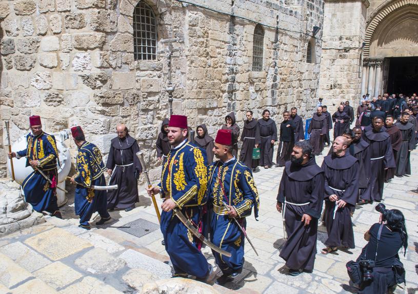 Wielkanocna procesja mnichów w Bazylice Grobu Pańskiego /123RF/PICSEL