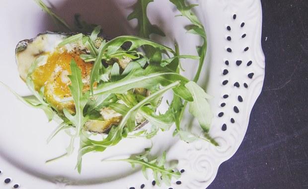 Wielkanocne przepisy: Jajka zapiekane w awokado, z chrzanowym koglem moglem