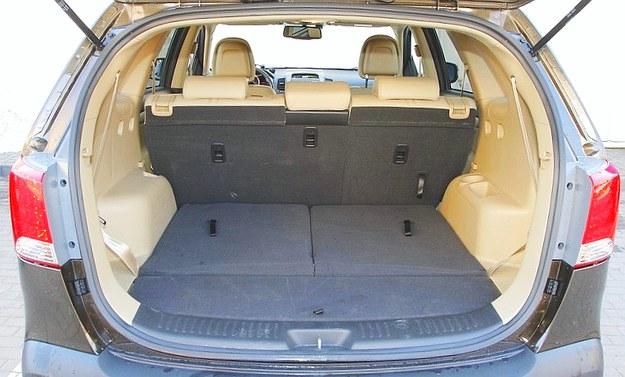 Wielki bagażnik: jest ustawny i ma pojemność 530-1545 l. Tylne oparcie jest dzielone i składane. /Motor