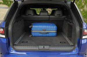 Wielki bagażnik (w każdym SVR można go otworzyć ruchem nogi pod zderzakiem) po złożeniu kanapy nie oferuje niestety płaskiej podłogi. /Motor