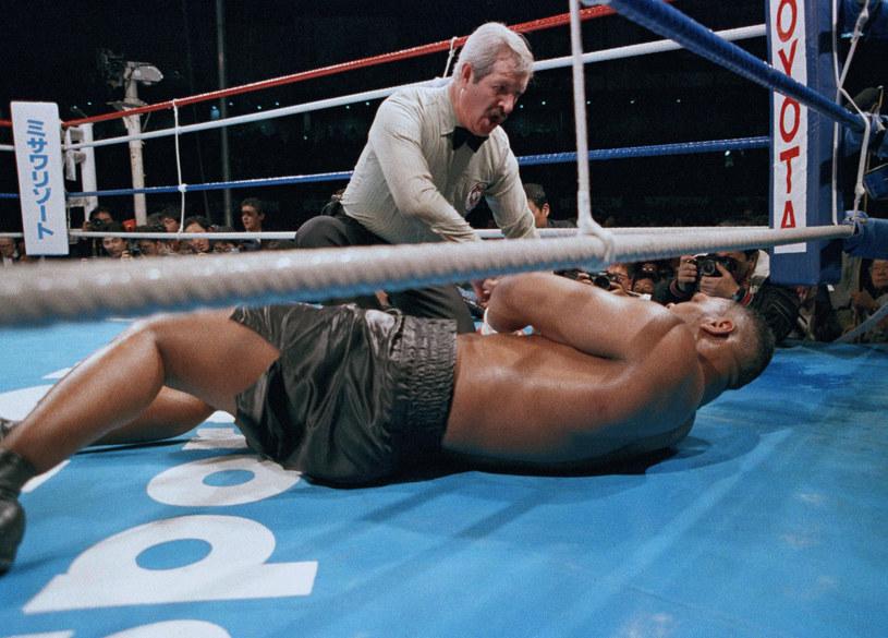 Wielki Mike Tyson na deskach. Jednak z najbardziej sensacyjnych porażek w dziejach boksu stała się faktem /Sadayuki Mikami /East News