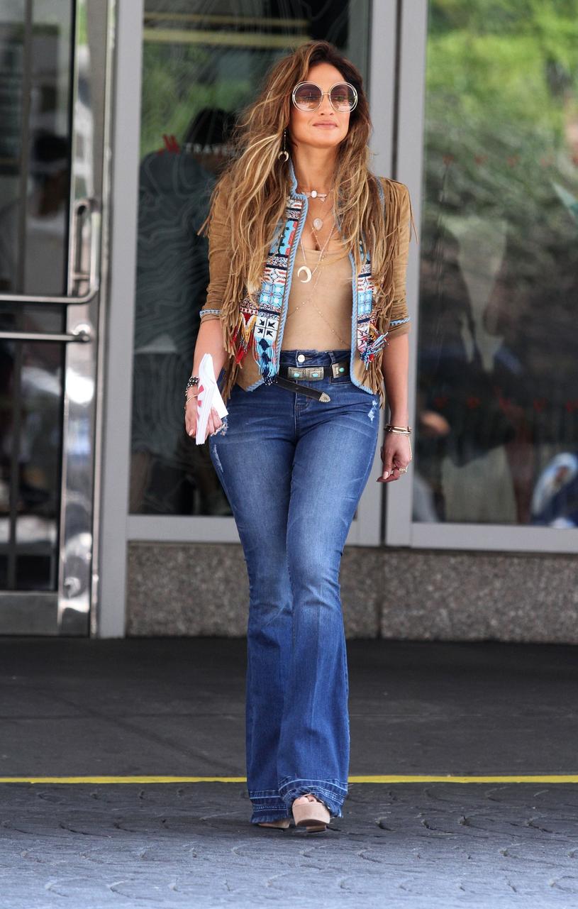 Wielki powrót dzwonów to modowy ukłon w stronę lat 70. Jennifer Lopez je pokochała! /East News