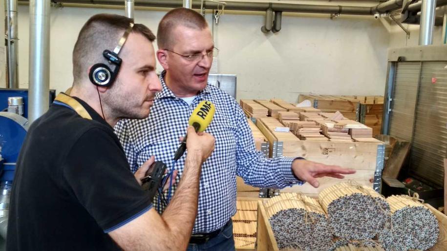 Wielkie montowanie ołówków w najstarszej w Polsce fabryce ołówków i kredek w mazowieckim Pruszkowie /Fot. Michał Dobrołowicz /RMF FM