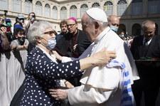 Wielkie zdjęcie papieża całującego numer obozowy ocalałej Polki w watykańskim dzienniku