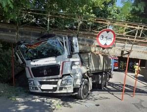 Wielkopolskie: Kierowca ciężarówki nie zmieścił się pod wiaduktem