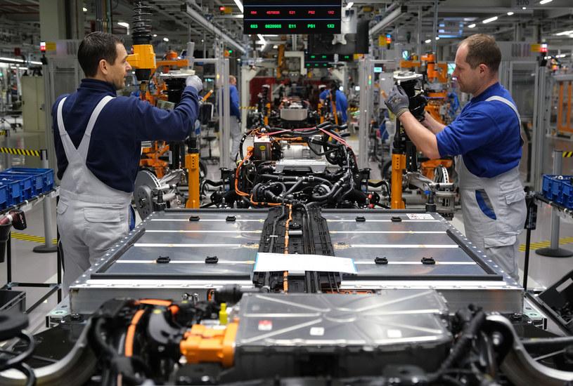 Wielkość baterii i czas ich ładowania to największy problem aut elektrycznych /Getty Images