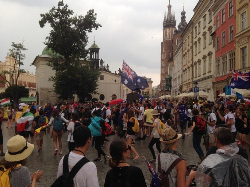 Wielonarodowa grupa tańczy wokół postawionego na krakowskim Rynku krzyża /Justyna Tomaszewska /INTERIA.PL