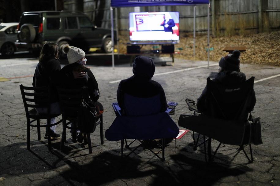 Wielu Amerykanów z zapartym tchem śledzi doniesienia dotyczące wyborów /ERIK S. LESSER /PAP/EPA
