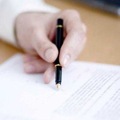 Wielu doradców bankowych w sposób mistrzowski zachwala produkt aż klient zgodzi się zawrzeć umowę /© Bauer