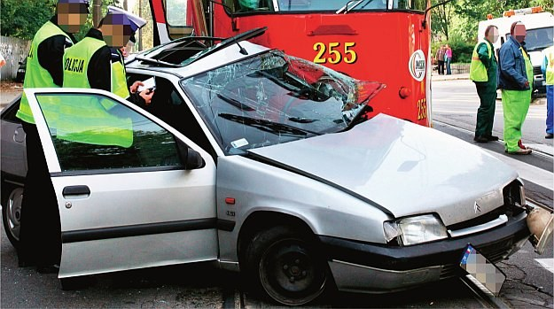 Wielu kierowców nie wie, w jakich sytuacjach tramwaj ma pierwszeństwo. /Motor