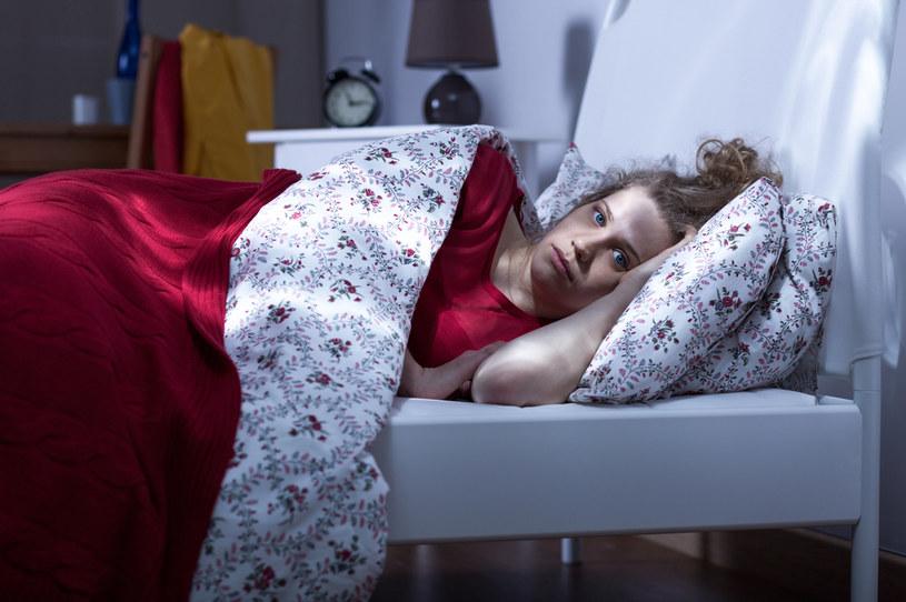 Wielu kobietom myśli o sytuacji w pracy spędzają sen z powiek /123RF/PICSEL