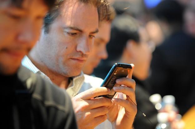 Wielu ludzi już w ogóle nie rozstaje się ze swoimi smartfonami /AFP
