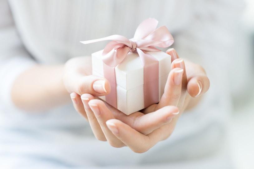 Wielu mężczyzn często głowi się nad tym co kupić mamie, zonie lub córce /123RF/PICSEL