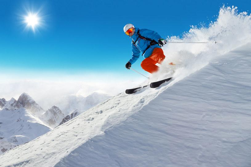 Wielu mężczyzn nie wyobraża sobie zimy bez wyjazdu na narty czy snowboard /123RF/PICSEL