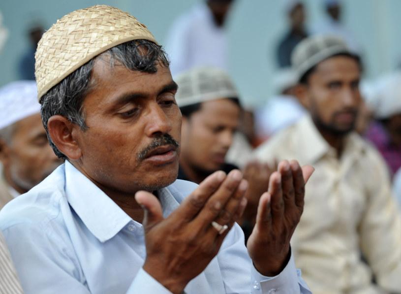 Wielu muzułmanów spędza w ramadanie po kilka godzin dziennie w meczecie na modlitwie i studiowaniu Koranu /AFP