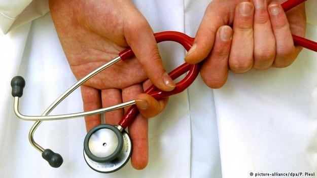Wielu polskich lekarzy opuszcza kraj, bo chce pomagać ludziom, a nie zarzynać się /Deutsche Welle