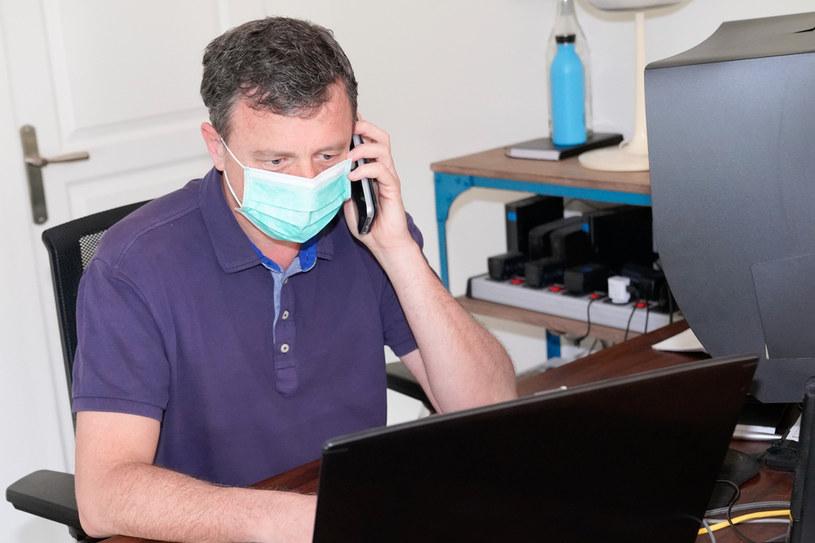 Wielu pracowników otrzymało polecenie używania maseczek lub przyłbic w każdym firmowym pomieszczeniu, w którym nie przebywają sami /123RF/PICSEL