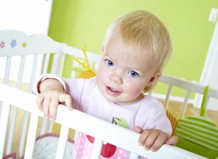 Wielu rodziców, aby ułożyć niemowlę w łóżeczku (lub je z niego wyjąć), chwyta malca pod pachy /© Panthermedia