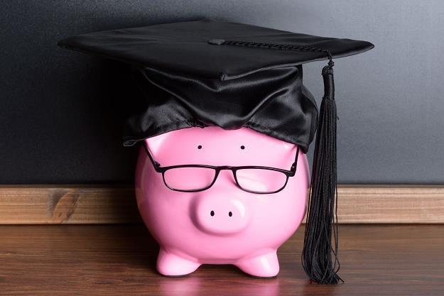 Wielu studentów w trakcie nauki znajduje się na utrzymaniu rodziców, którzy przesyłają im pieniądze /©123RF/PICSEL