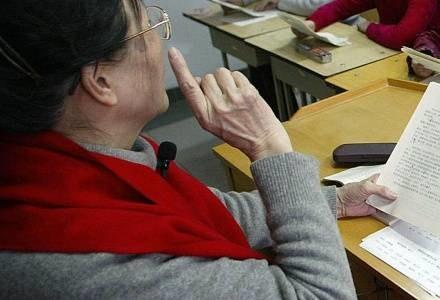 Wielu z nauczycieli przyznaje się do bezradności /AFP