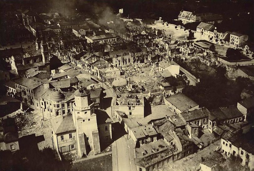 Wieluń po nalocie z 1 września 1939 roku – tak zaczęła się powietrzna wojna totalna, która po kilku latach zapukała także do bram niemieckich miast… /Odkrywca