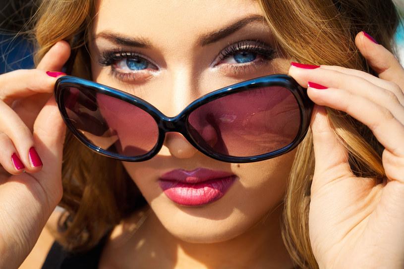 Wiemy, dlaczego mimo okularów słonecznych łzawią ci oczy /123RF/PICSEL