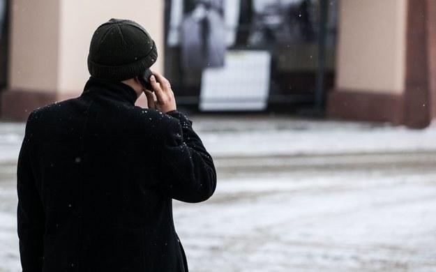 Wiemy dlaczego tak denerwują ludzi rozmowy innych przez telefon /PAP