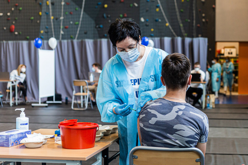 Wiemy, ilu nastolatków przyjęło co najmniej jedną dawkę szczepionki przeciw COVID-19 /Krzysztof Kaniewski /Reporter