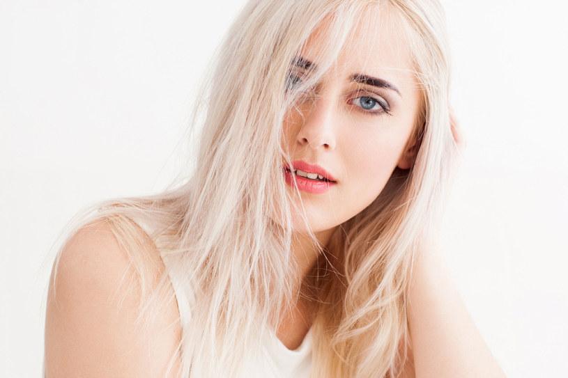Wiemy, że wiele z was z niechęcią myśli o przerwie w farbowaniu włosów. Jednak warto, przynajmniej na kilka tygodni, zrezygnować z koloryzacji, żeby dodatkowo nie obciążać włosów /123RF/PICSEL
