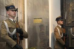 Wieńce i znicze złożono przed tablicą w Katedrze Polowej Wojska Polskiego