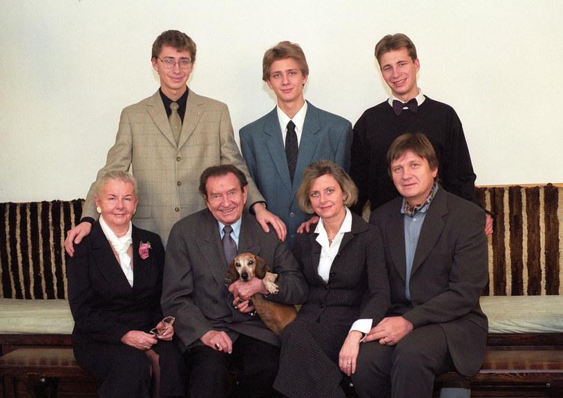 Wieńczysław Gliński (siedzi 2L) w 2001 roku z żoną Ireną (1L) oraz córką Katarzyną Wasilewską z mężem i wnukami /Andrzej Wiernicki /Agencja FORUM