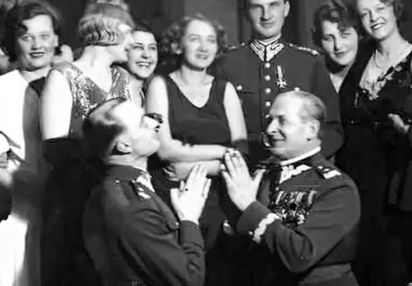 Wieniawa-Długoszowski (klęczy po prawej) znany był z poczucia humoru /YouTube