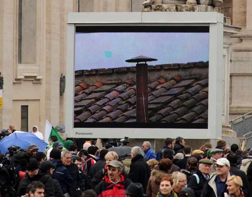 Wierni czekają na dym na Kaplicą Sykstyńską /PAP/EPA