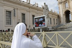 Wierni modlą się o nowego papieża. Wśród nich bosy pielgrzym