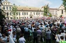 Wierni modlili się przed oknem papieskim za abp. Jędraszewskiego