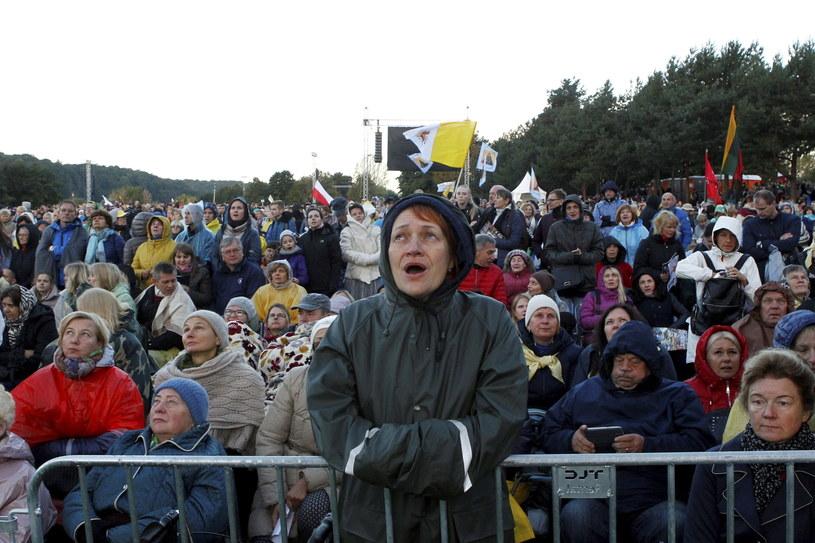 Wierni oczekują na papieża /PAP/EPA