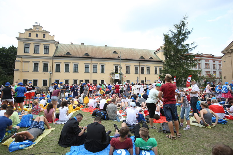 Wierni oczekują przed Domem Arcybiskupów Krakowskich na papieskie pozdrowienia /Stanisław Rozpędzik /PAP