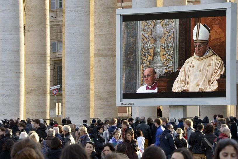 Wierni oglądają na telebimach pierwszą mszę świętą nowego papieża /AFP
