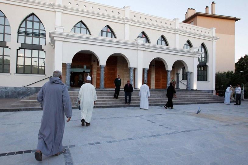 Wierni przybywają na modlitwę do meczetu w miejscowości Frejus we Francji, w regionie /Jean-Christophe Magnenet /AFP