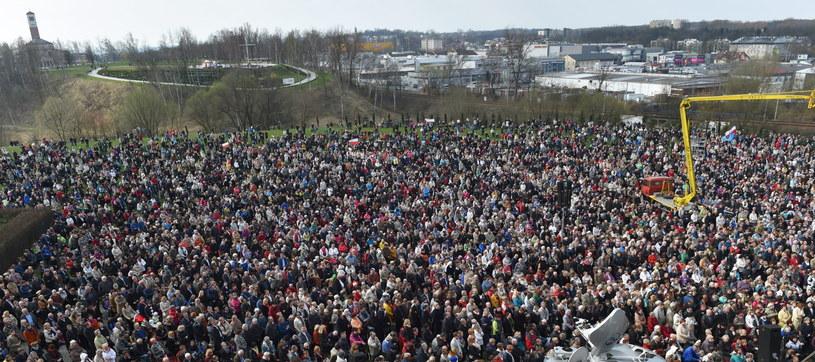 Wierni uczestniczą w uroczystej mszy św. podczas Święta Miłosierdzia Bożego w /Jacek Bednarczyk /PAP