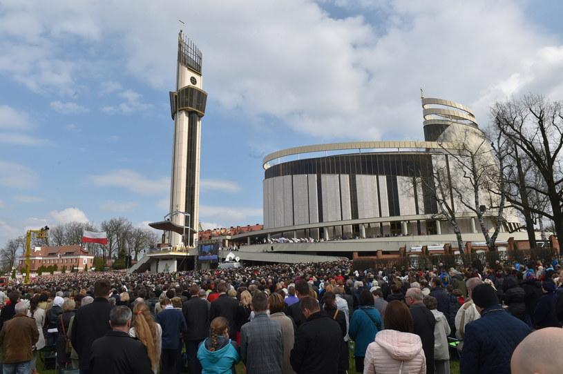 Wierni uczestniczą w uroczystej mszy św. podczas Święta Miłosierdzia Bożego w Sanktuarium Bożego Miłosierdzia /Jacek Bednarczyk /PAP