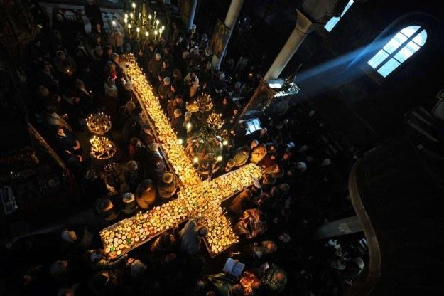 Wierni ułożyli krzyż z płonących świeczek, Bułgaria /AFP