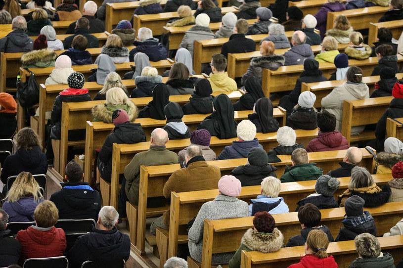 Wierni zgromadzeni na mszy świętej, zdj. ilustracyjne / Filip Radwanski /Agencja FORUM